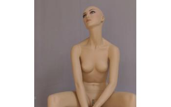 dame realistisch zittend